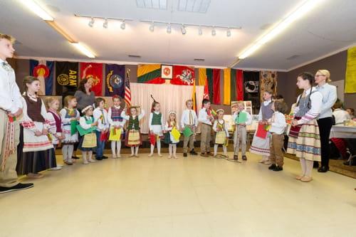 kolorado lietuviu vaikai su tautiniais rubais